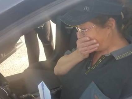 Бізнесмен подарував співробітниці «Макдональдса» авто за те, що вона постійно йому усміхалась (відео)