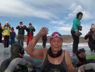 Бувала «моржиха»: 77-річна сибірячка пропливла під кригою Байкалу (відео)