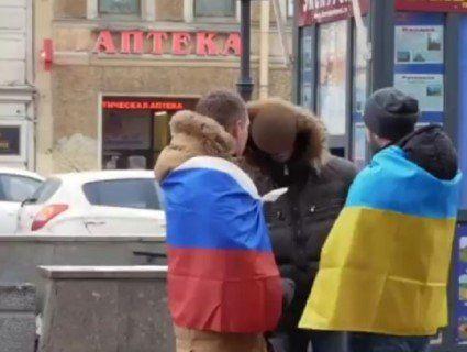 «Я розіб'ю тобі морду на сім частин»: хлопець загорнувся в прапор України посеред російського Пітера (відео)