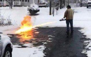 Сніг біля хати чоловік прибрав вогнеметом (фото)