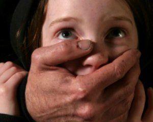 На Полтавщині багатодітний батько розбещував 11-річну доньку