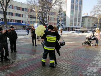 На пожежній машині і з «хмарою» троянд: рятувальник в Івано-Франківську влаштував коханій неймовірне освідчення (фото)