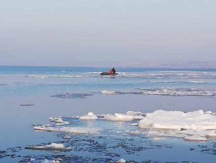 «Мамонтенята»: на Одещині рятували дітей, які дрейфували в морі на крижині (фото)