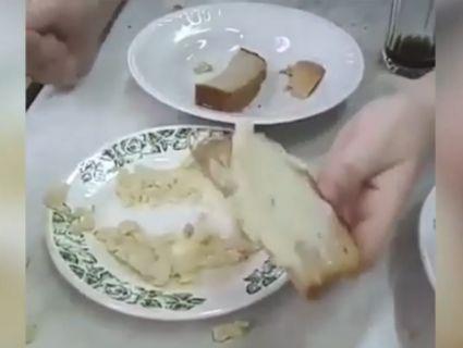 У Росії школярів нагодували макаронами, схожими на собачий корм (відео)