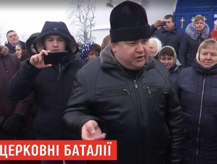 «Не можемо помолитися, бо ми українці»: у селі на Волині піп і два десятки фанатів УПЦ МП не пускають до церкви прибічників ПЦУ (відео)