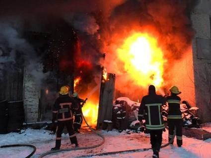 На Волині горіли житловий будинок і гаражі (фото)
