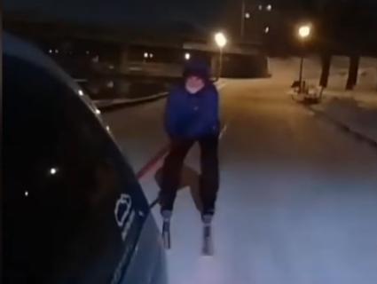 У Рівному поліція бореться з лижниками, які гасають містом, чіпляючись за машини (відео)