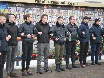 Луцька молодь флешмобом  вшанувала пам'ять героїв Крут  (ФОТО)