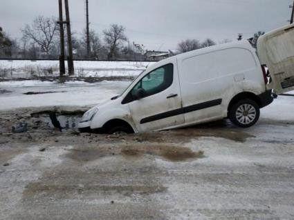 Пішов на дно: на Львівщині автомобіль провалився в калюжу (фото)