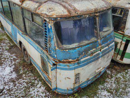 «Сарай на колесах»: українців возять напівзогнилими автобусами (відео)