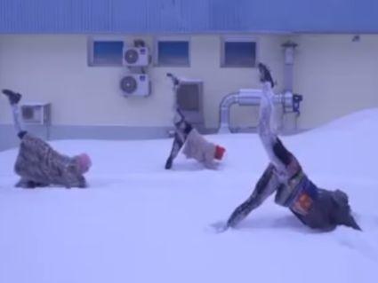 Не для мерзляків: в Інтернеті набирає обертів новий тренд – йога в снігу (відео)