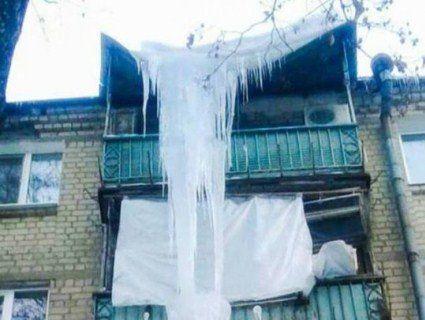«Крижаний сталактит»: у Харкові зняли з будинку 100-кілограмову бурульку (фото)