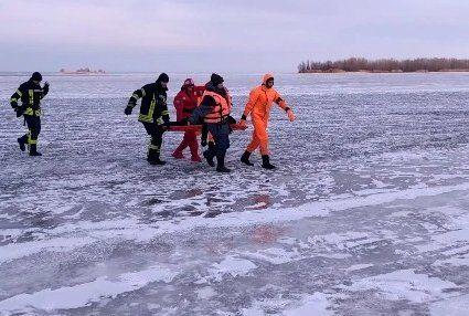 У Києві поліцейські, які спасали рибалку, пішли з ним під лід
