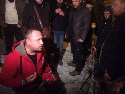 У Києві водія-хамла змусили стати на коліна перед мамою загиблого АТОвця (відео)