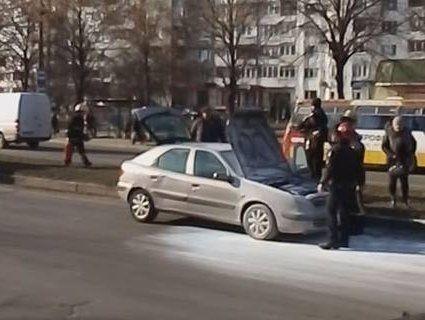 Посеред дороги в Луцьку загорівся автомобіль (відео)