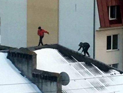 Недитячий екстрим: у Луцьку діти безкарно бігають дахами багатоповерхівок  (відео)