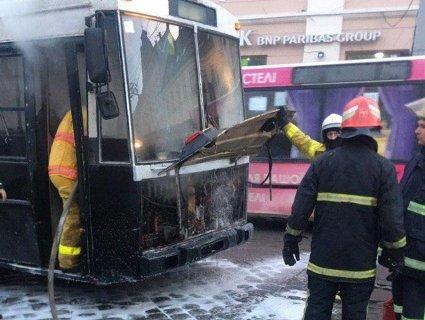 У Чернівцях на ходу загорівся тролейбус із пасажирами (фото)