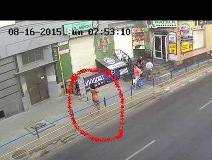 Одесою розгулювала оголена жінка (відео)