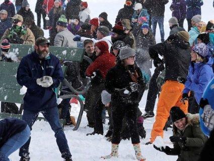 Американці влаштували видовищну битву сніжками (відео)