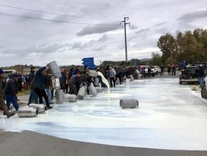 В Італії фермери вилили на дороги тисячі тонн молока (відео)