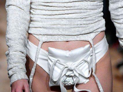 Дивна мода: до трусів пришили подушечку з діамантом (фото)