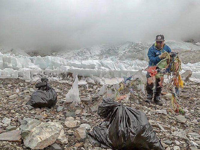 Через гори сміття Китай перекрив шлях на вершину Евереста
