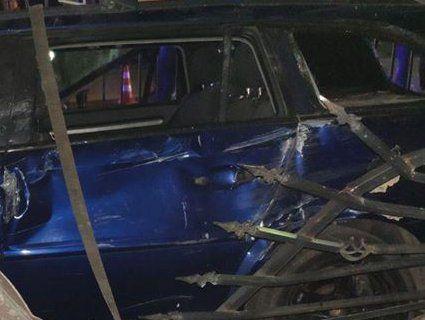 П'яні маневри: у Луцьку Opel наїхав на металевий паркан, електроопору і пошкодив гараж (фото)