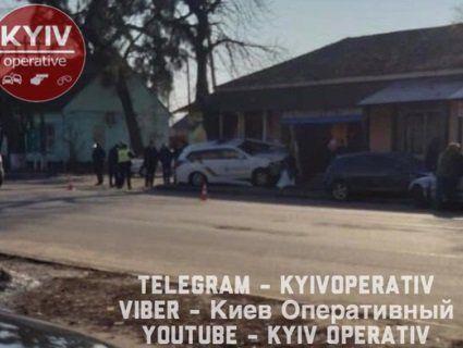 Під Києвом поліцейський Prius врізався в магазин (фото)