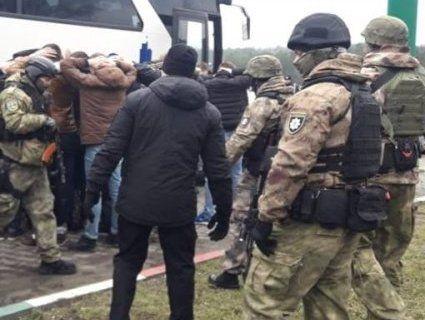 Два автобуси озброєних людей затримали під Одесою
