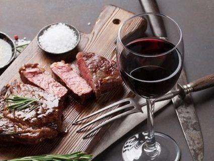 Вино і м'ясо – особливий рецепт довголіття від 100-річного британця