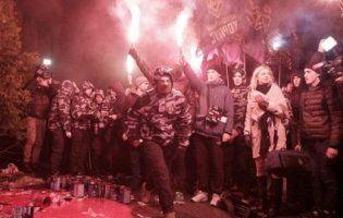 Націоналісти із фаєрами і «кров'ю» протестують під маєтком фігуранта «оборонного» скандалу