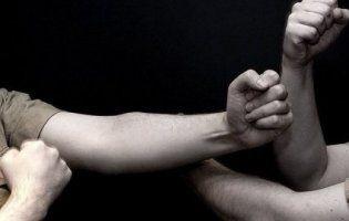 Криваві розбірки: батько жорстоко побив друзів школярки