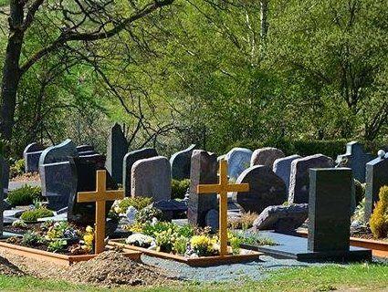 Чоловік на цвинтарі побив та пограбував молоду жінку (відео)