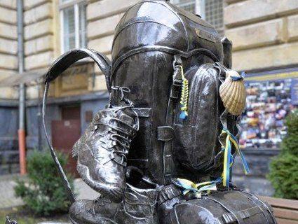 Єдиний у світі пам'ятник рюкзаку стоїть у Львові (фото)