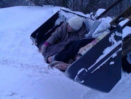 Хвору пенсіонерку довезли до швидкої в ковші трактора