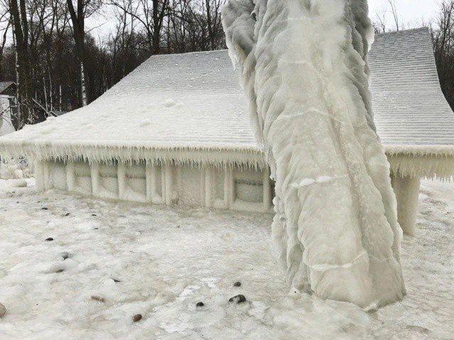 Негода створила незвичний будинок із криги (фото)