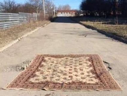 У Запоріжжі яму на дорозі залатали килимом (фото)
