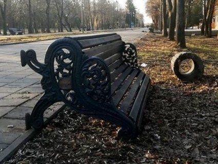 Вандалізм по-луцьки: у парку перекинули лавки і смітники (фото)