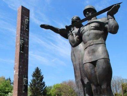 І друга спроба невдала: Монумент слави у ЛЬвові і досі стоїть
