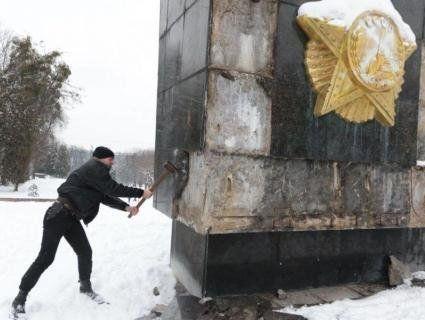 У Львові з третьої спроби повалили «Монумент Слави»