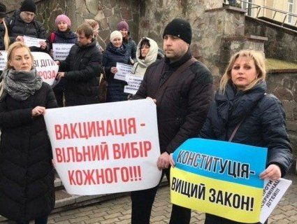 Право на освіту: в Луцьку вийшли на мітинг батьки дітей без щеплень (фото, відео)