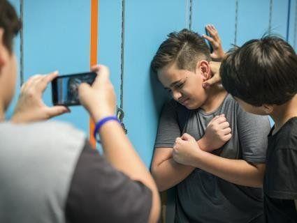 «Старшаки» тримають у страху всю школу: шестикласника побили до струсу мозку