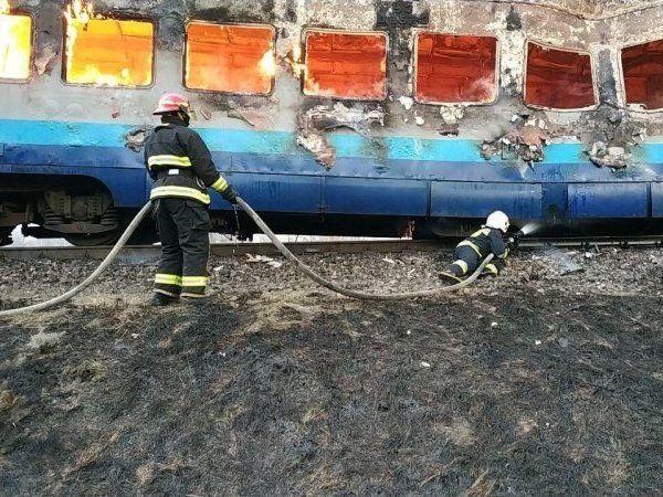 На Рівненщині декілька годин гасили охоплений вогнем потяг (фото)