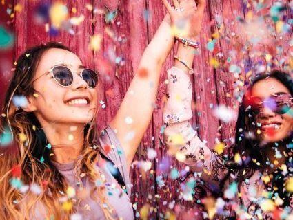 Вчені розгадали, чому світ виглядає щасливішим для людей після 30-ти