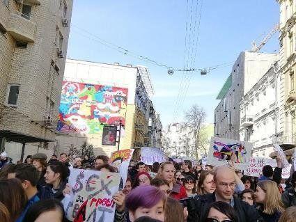 «Секс за гроші = ґвалт»: У Києві з петардами проходить марш феміністок (фото, відео)