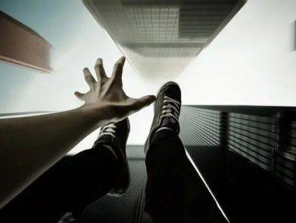 У Луцьку  хвиля  самогубств: чоловік стрибав з даху, дівчина різала вени