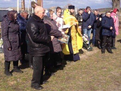 У волинському селі прихильники УПЦ МП молилися перед церквою, яка перейшла у ПЦУ (фото)