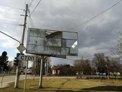 У Луцьку сильний вітер пошкодив білборд (фото, відео)