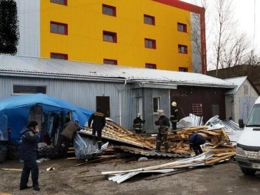 Вітер зірвав дах із магазину: 1 людина загинула, ще 1 – в реанімації (фото)