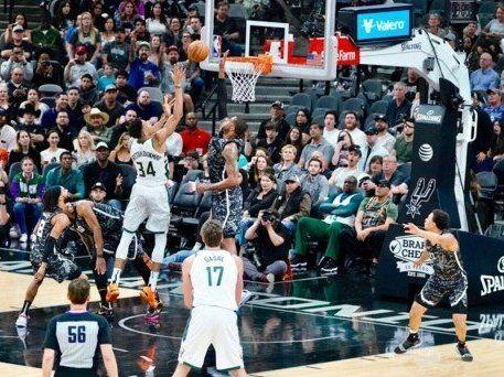 Кажан мало не зірвав матч НБА (відео)